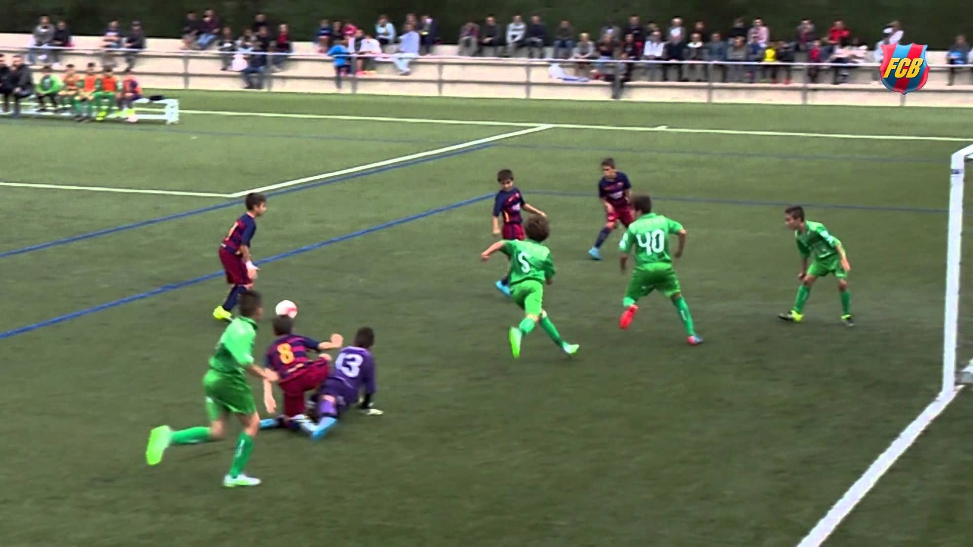 Kleiner Barcelona-Jugendspieler eifert Messi nach! [Video]…